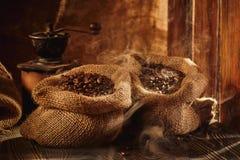 Torba piec kawowy i kawowy ostrzarz na stole Obraz Royalty Free