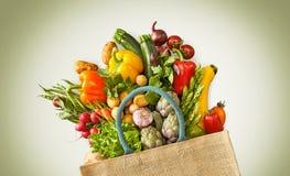 Torba przelewa się z asortowanymi owoc i veggies zdjęcie royalty free