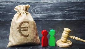 Torba z euro znakiem, ludźmi i młoteczkiem, Pojęcie biznesowy konflikt Spór między dwa biznesmenami Podział fotografia stock
