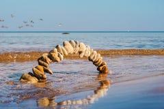 Torbogen in den Wellen Stockbild