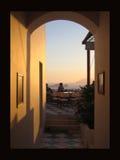 Torbogen durch zum Sonnenuntergang Stockbild