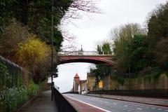Torbogenbrücke und -straße Stockfotos
