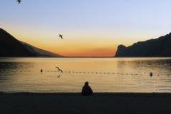 Torbole del lago Garda en la puesta del sol imagen de archivo