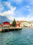 Torbole, Italia - 21 settembre 2014: Sentiero costiero di polizia del lago con le case, i turisti e le barche Immagine Stock Libera da Diritti