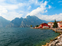 Torbole, Italia - 21 settembre 2014: Sentiero costiero di polizia del lago con le case, i turisti e le barche Immagine Stock