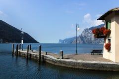 Torbole sur le policier de lac en Italie Photographie stock libre de droits