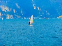 Torbole - une planche à voile sur le policier de lac dans Torbole photos libres de droits