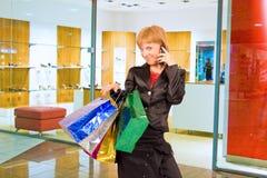 torby dziewczyny centrum handlowym zakupów z telefonu Zdjęcia Royalty Free