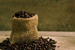 torby fasoli burlap kawa wypełniająca Zdjęcie Royalty Free