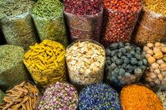 Torby kolorowe pikantno?? przy rynkiem w Dubaj zdjęcia royalty free