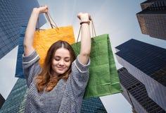 torby na zakupy młodych kobiet zdjęcie royalty free