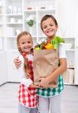 torby sklep spożywczy szczęśliwi zdrowi dzieciaki zdjęcie stock