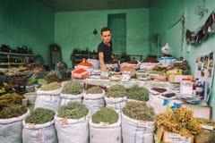 Torby wysuszona ziołowa herbata dla sprzedaży przy miasto miejscowym wprowadzać na rynek Lahic Azerbejdżan Obraz Royalty Free