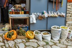 Torby wysuszona ziołowa herbata dla sprzedaży przy miasto miejscowym wprowadzać na rynek Lahic Azerbejdżan Fotografia Royalty Free