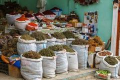 Torby wysuszona ziołowa herbata dla sprzedaży przy miasto miejscowym wprowadzać na rynek Lahic Azerbejdżan Fotografia Stock