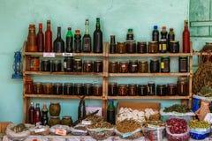 Torby wysuszona ziołowa herbata dla sprzedaży przy miasto miejscowym wprowadzać na rynek Lahic Azerbejdżan Zdjęcie Stock