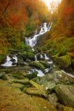 Torc vattenfall på hösten Arkivfoto