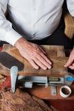 Torcedor, das handgemachte Zigarren rollt Lizenzfreies Stockfoto