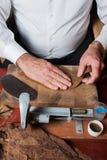 Torcedor que rueda los cigarros hechos a mano Foto de archivo