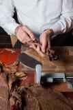 Torcedor que rueda parejos hechos a mano de los cigarros Imagen de archivo