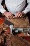 Torcedor stacza się ręcznie robiony cygar parejos Zdjęcia Royalty Free