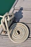 Torcedura de la cuerda de barco en círculo en muelle Fotografía de archivo libre de regalías