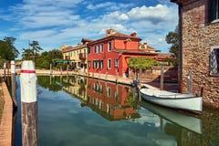 Torcello,威尼斯 在Torcello海岛,运河上的五颜六色的房子和 免版税库存图片