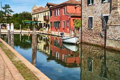 Torcello, Veneza Casas coloridas na ilha, no canal e nos barcos de Torcello verão, Itália Foto de Stock Royalty Free