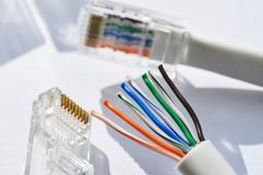 Torcendo o gato 5 de UTP dos ethernet do twisted pair da ferramenta do cabo foto de stock