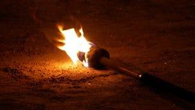 Torch con el fuego en la calle para la fuego-demostración en la noche almacen de metraje de vídeo