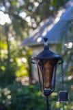 Torch en un jardín con el fondo borroso de la casa imágenes de archivo libres de regalías