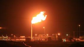 Torchage de gaz brûlant dans le désert banque de vidéos