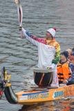 Torchbearer auf einem Boot mit Drachekopf Stockfotos