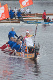 Torchbearer auf einem Boot mit Drachekopf Lizenzfreies Stockfoto
