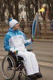 Torchbearer in einem Rollstuhl mit einer Fackel Lizenzfreies Stockfoto