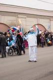 Torchbearer mit Fackel in der Hand auf dem Paralympic-Fackellauf Stockbild