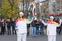 Torchbearer nehmen am olympischen Fackellauf teil Lizenzfreie Stockbilder