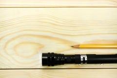 Torche électrique sur une table en bois Photo libre de droits