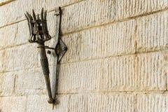 Torche démontable de fer sur un mur en pierre de château médiéval Photos libres de droits