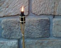 Torche en bambou brûlante sur le fond de mur de grès photos libres de droits