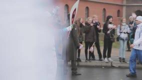 Torche olympique de Sotchi de course de relais dans le St Petersbourg Le porteur de flambeau reçoivent la flamme foule cortège banque de vidéos