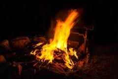 Torches chaudes et romantiques de burning de feu de camp Image libre de droits