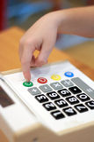 Torchi tipografici manuali del ` s dei bambini sul calcolatore del bottone Immagine Stock