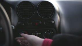 Torchi tipografici manuali delle donne il controllo di clima dell'automobile del bottone video d archivio