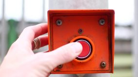Torchi tipografici manuali il bottone rosso Iniziare un meccanismo o un processo stock footage
