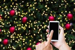 Torchio tipografico manuale sul grande schermo dello smartphone sul golde di tema del nuovo anno di natale Fotografie Stock Libere da Diritti