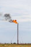 Torcia del gas del fuoco della raffineria immagini stock libere da diritti