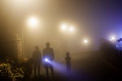 Torcia di illuminazione attraverso foschia fotografia stock