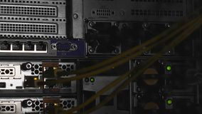 Torcia elettrica ed ombre nella stanza del server, incisione del centro dati, cybersecurity stock footage