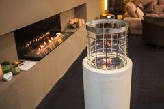 Torcia moderna del camino, mini combustione della lampada nella casa Immagine Stock